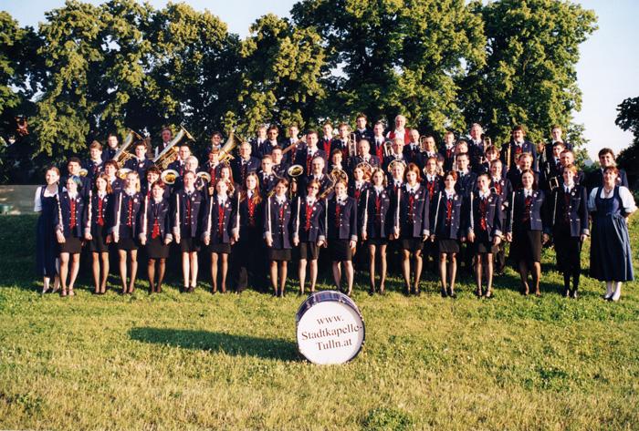 """Im Juni 2001 spielt die Stadtkapelle gemeinsam mit der Jugendkapelle als """"Big Band"""" unter der Leitung von Karl Hem- melmayer auf der Tullner Donaubühne."""